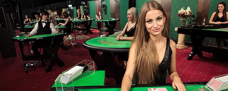 le slot machine giocano nel villaggio dei pazzi